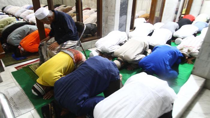 Niat Sholat Maghrib Lengkap dengan Tata Cara dan Doa Salat Magrib Tiga Rakaat