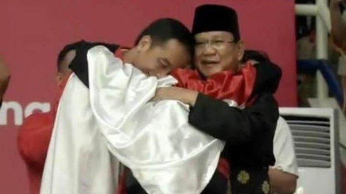 Sebelum Dipeluk oleh Hanifan, Jokowi dan Prabowo Sudah Berpelukan Lebih Dulu, Ini Buktinya