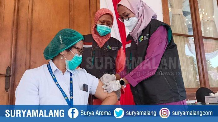 Petugas melakukan simulasi vaksinasi Covid-19 di Gedung Negara Grahadi Surabaya, Rabu (13/1/2021) jelang pelaksanaan vaksinasi untuk virus corona itu yang pertama kali di Jatim