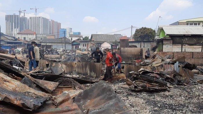 300 Orang Mengungsi Akibat Kebakaran Komplek Pemukiman Pemulung di Kelurahan Duren Jaya, Bekasi