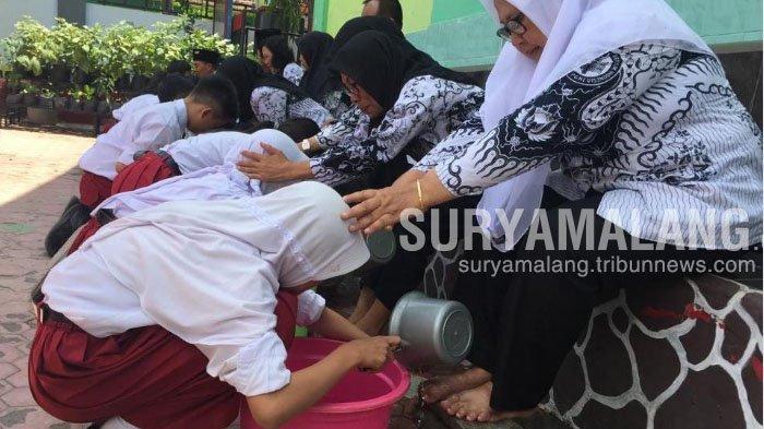 Suasana Haru Siswa SDN Bendogerit 1 Kota Blitar Basuh Kaki Guru Saat Peringatan Hari Guru Nasional