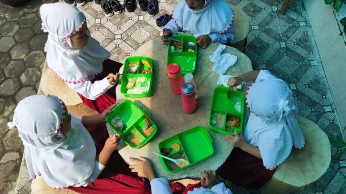 Siswa Kelas 1 SDN Kasin Kota Malang Diajak Makan Bersama Sambil Belajar Adab Makan