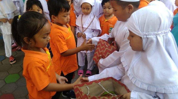 Siswa TK Santo Bernadus Beri Bingkisan Peci, Jilbab dan Tasbih kepada Siswa TK ABA Kota Madiun
