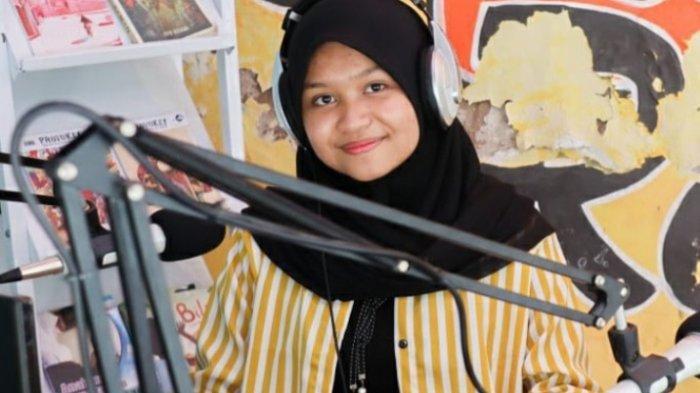 Siswi SMA Muhammadiyah Surabaya, Indah Machmudah Aktif Ikuti Ekskul Broadcast