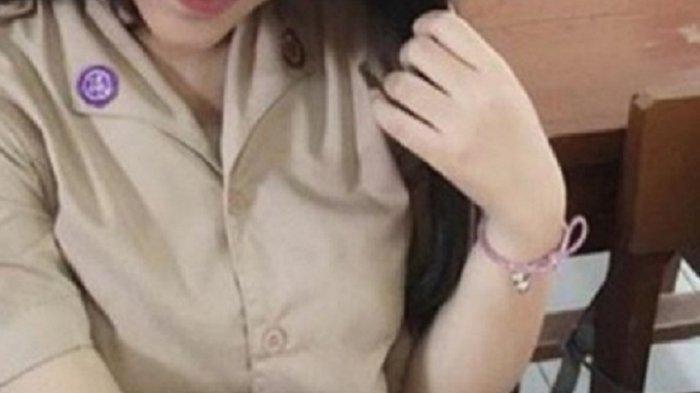 Siswi SMA Berseragam Pramuka Menenggak Cairan Pembersih Lantai, Wajahnya Sayu dan Tak Bergairah