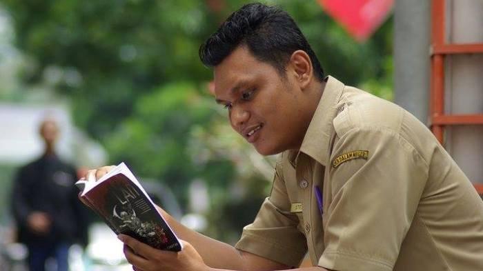 Stebby Julionatan Pegawai Diskominfo Kota Probolinggo, Penulis yang 'Nyemplung' di Kajian Gender