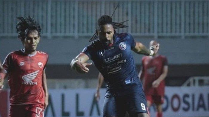 Mengamati Debut Carlos Fortes Bersama Arema FC, Eduardo Almeida : Dia Sudah Lelah Berlari
