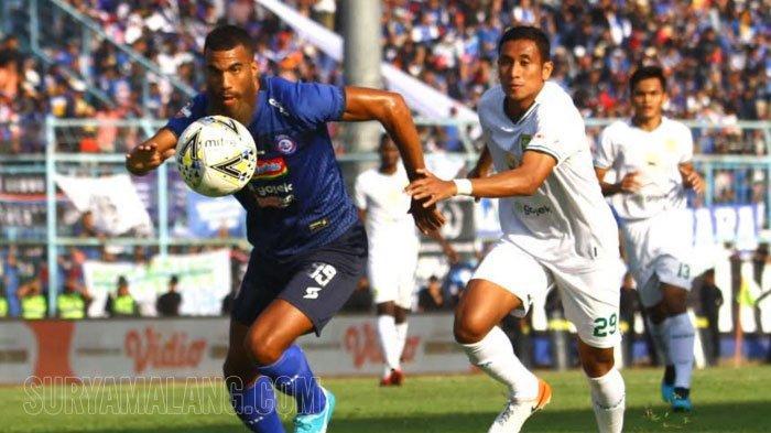 Kesan Pertama Pemain Arema FC Pakai Jersey Baru saat Lawan Persebaya, Celana Sylvano Kekecilan