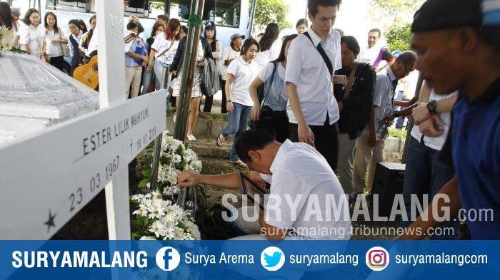 Isak Tangis Warnai Prosesi Pemakaman Korban Pembunuhan di Surabaya