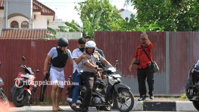 Video Polisi Kepung Terduga Teroris yang Kabur dan Sembunyi di Rumah Wakapolda Riau
