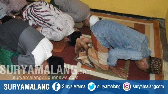 Kiai Kampung Jawa Timur Sujud Syukur Hasil Quick Count Tunjukkan Keunggulan Jokowi-Ma'ruf Amin