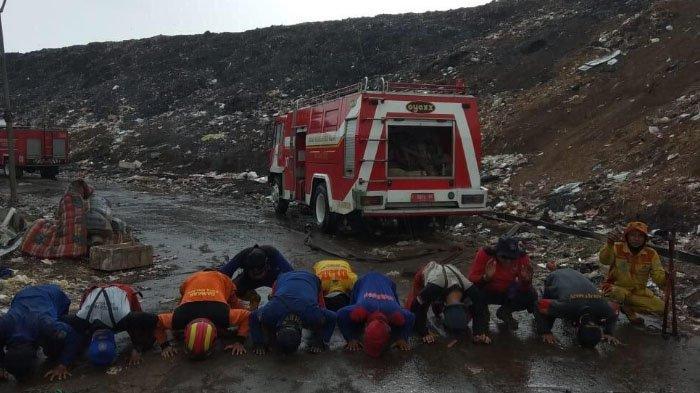 Hujan Padamkan Kebakaran TPA Supit Urang Kota Malang, Petugas Pemadam Langsung Sujud Syukur