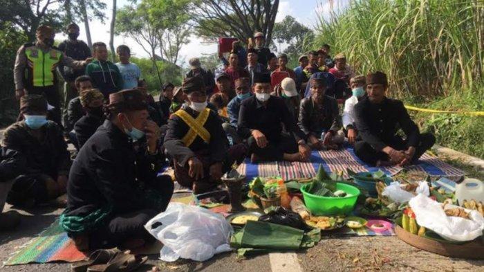Warga Wringinanom dan Suku Tengger Malang Panjatkan Doa di Tempat Laka Maut Poncokusomo