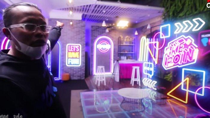 Sule menunjukkan studio Nagita Slavina dan Raffi Ahmad untuk syuting