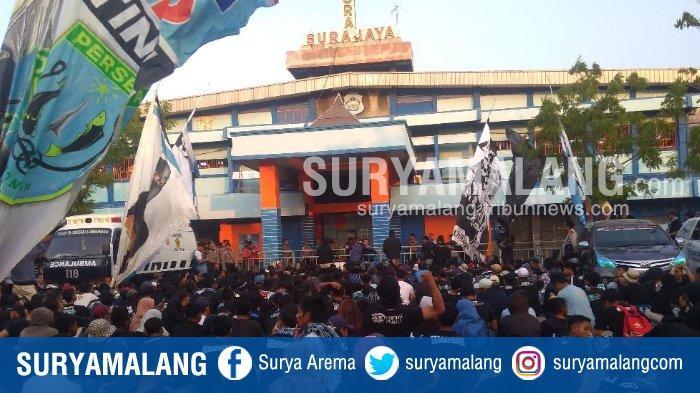 BREAKING NEWS - Suporter Persela Marah, Tinggalkan Tribun, dan Kepung Pintu Utama Stadion