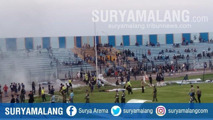 Laga Persela Vs Perseru Badak Lampung Terpaksa Dihentikan, Penonton Turun ke Lapangan Pertandingan