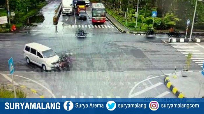 Detik-detik Tabrakan Honda Supra Vs Suzuki APV di Gresik Terekam CCTV, Pasutri Terobos Lampu Merah