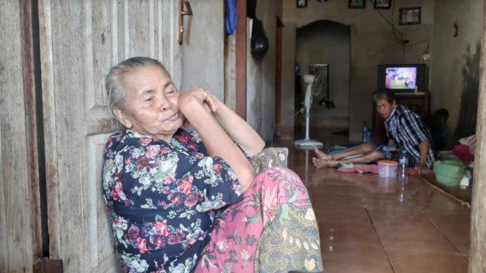 Tarsimah (65), warga Dusun/Desa Sumurgeneng, Jenu, Tuban, yang tidak mendapatkan berkah miliaran rupiah penjualan tanah ke Pertamina