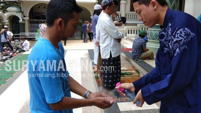 takmir-masjid-agung-jami-kota-malang-menyemprotkan-hand-sanitizer-sebelum-salat-jumat.jpg