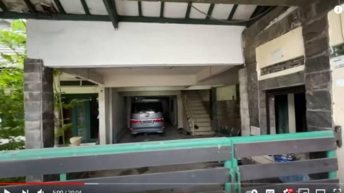 Tampak depan garasi rumah lawas Nagita Slavina