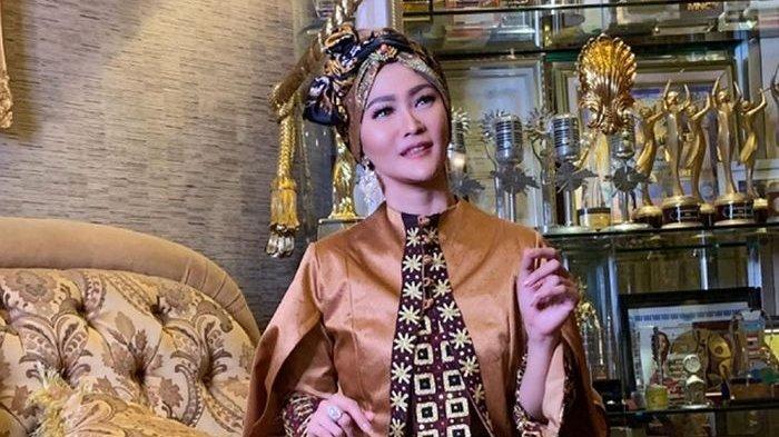 Tampilan Dapur Inul Daratista yang Elegan & Mewah, Bernuansa Cokelat, Furniture-nya Berlapis Emas