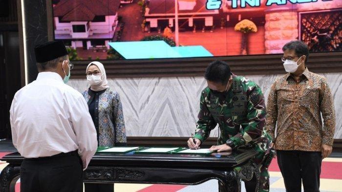 Menteri Kesehatan RI Budi Gunadi Sadikin, Kepala Staf Angkatan Darat Jenderal TNI Andika Perkasa dan Kepala Badan Pengawas Obat dan Makanan (BPOM) Penny K Lukito menandatangani Nota Kesepahaman