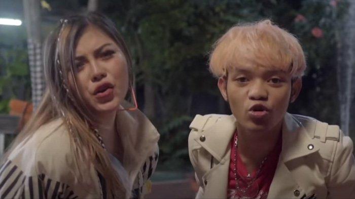 Lirik Lagu Lo Ngomongin Gue Gue Bodo Amat, Julia Vio feat Insan Aoi - Bodo Amat