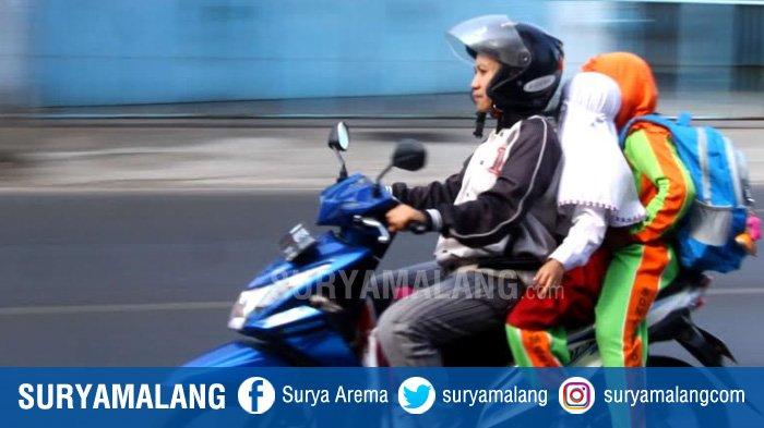 Tips Aman Bonceng Anak Naik Motor, Perhatikan Posisi Duduk!