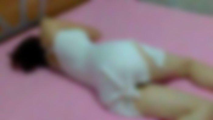 Tante Muda Berbaring Sambil Roknya Terbuka ke Atas, Keponakan Tergiur untuk Meremas dan Meraba-raba