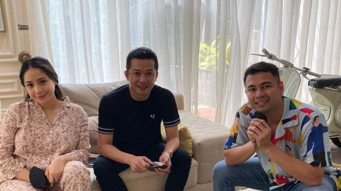 Taufik Hidayat (tengah) foto bersama Raffi Ahmad dan Nagita Slavina