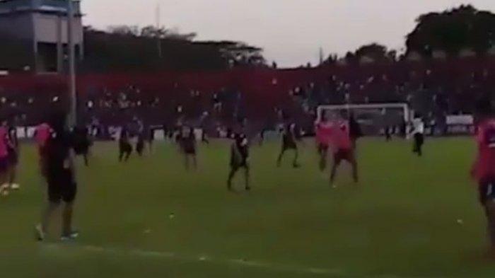 VIDEO Mencekam Stadion Brawijaya saat Tawuran Suporter Persik dan PSIM, Luar Stadion Juga Mencekam