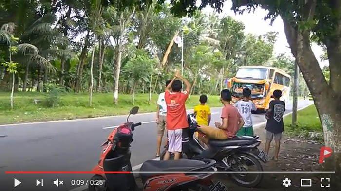 Kocak, Anak-anak Diberi Telolet 3 Bus Berurutan, Telolet Bus ke-3 Bikin Ketawa