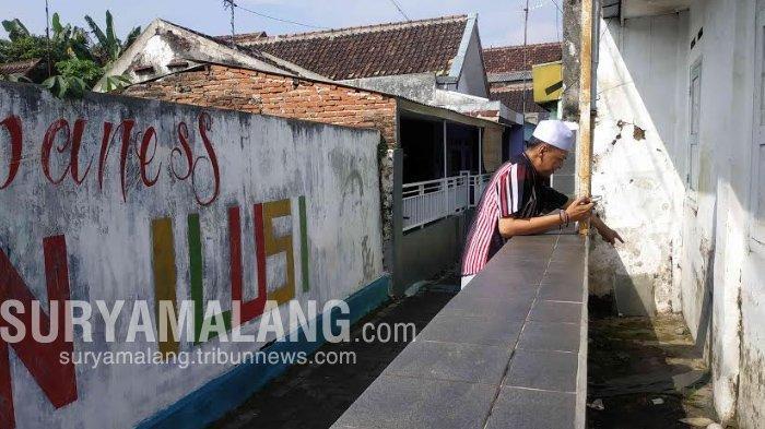 Muhammad Luthfi, Ketua RW 06 Kelurahan Jodipan saat menunjukkan tempat tidur Sugeng