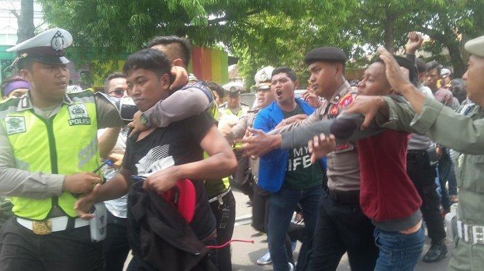 Disusupi Provokator, Demo PMII Situbondo Kisruh Setelah Terjadi Saling Dorong Dengan Polisi