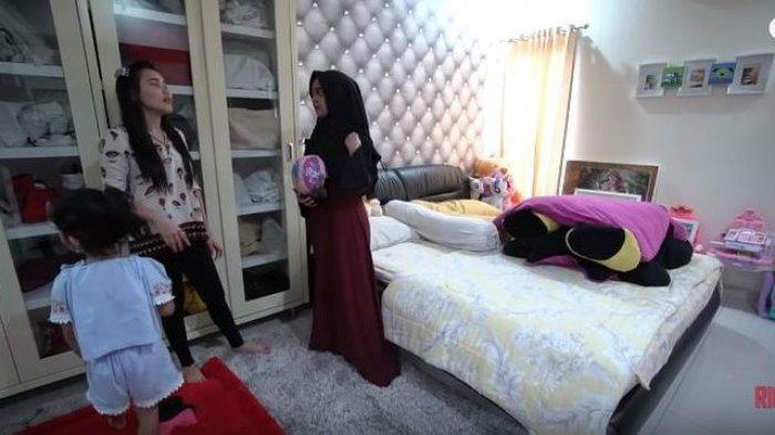 Terlihat nuansa abu-abu mendominasi kamar Ayu Ting Ting (YouTube Ricis Official)