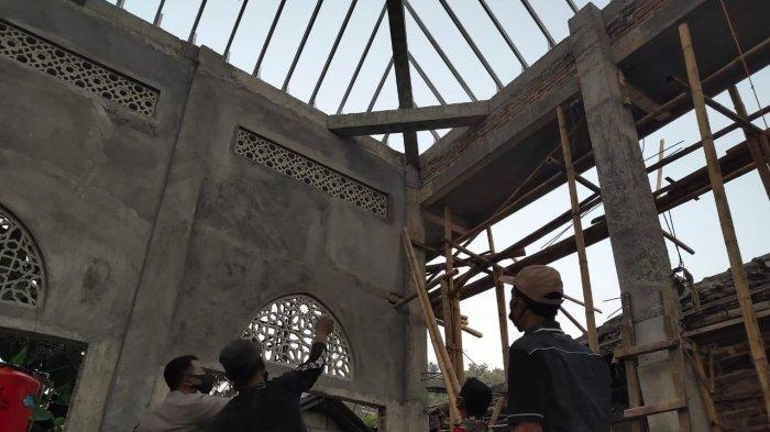 Pria di Ponorogo Tewas Tersengat Listrik saat Memasang Galvalum Masjid