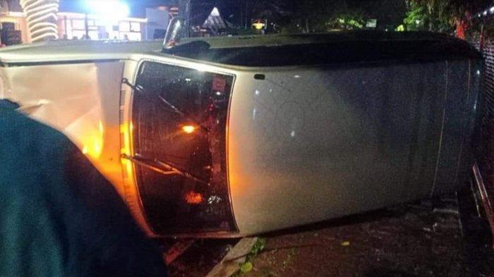 Diduga Alami Selip, Mobil Kijang Innova Hantam Motor Hingga Terguling di Jalan Sarangan Malang