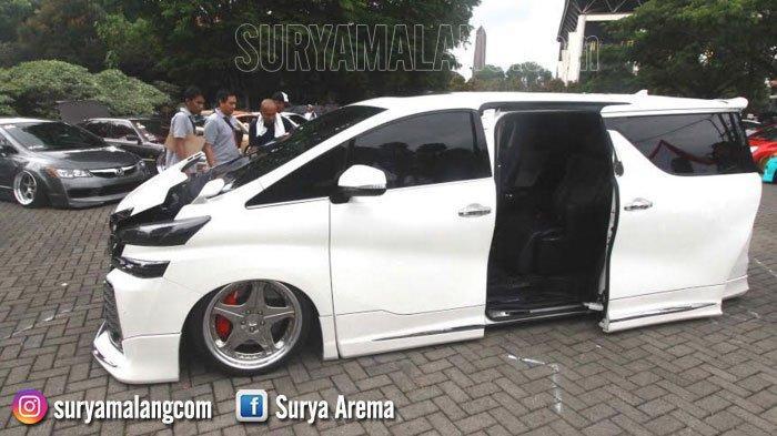 Ada Bioskop Mini Dalam  Toyota Vellfire di Kampus Universitas Negeri Malang
