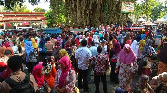 Ribuan Warga Serbu Makanan Gratis Di Pendopo Trenggalek, Dalam Rangka Pelepasan Emil Dardak