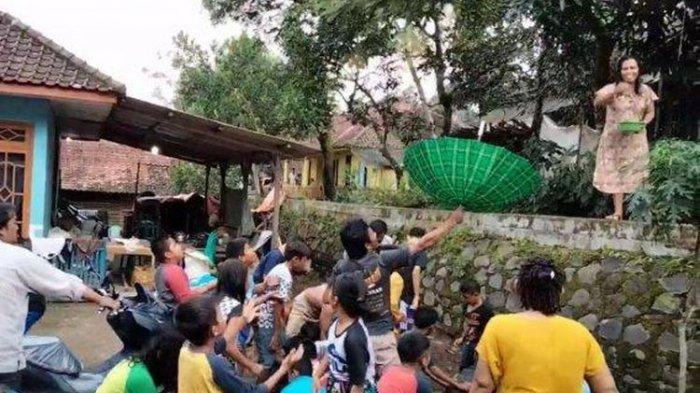 Tradisi Saweran di Kampung Miliarder Baru Hasil Proyek Waduk Kuningan, Ada Campuran Beras dan Bunga