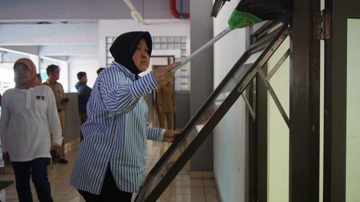 Deretan Foto Tri Rismaharini, Wali Kota Surabaya di GBT, Dari Pantau Kondisi Hingga Sapu Lantai