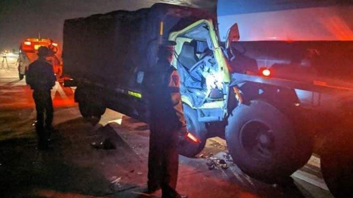 Sopir Mengantuk, Truk Boks Tabrak Bagian Belakang Truk Tanki di Tol Nganjuk - Madiun