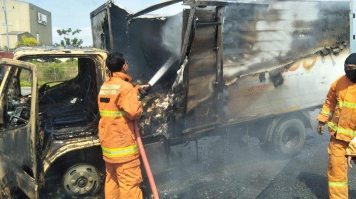 Truk Boks Terbakar Seusai Tabrak Pengandara Motor Hingga Tewas di Gresik