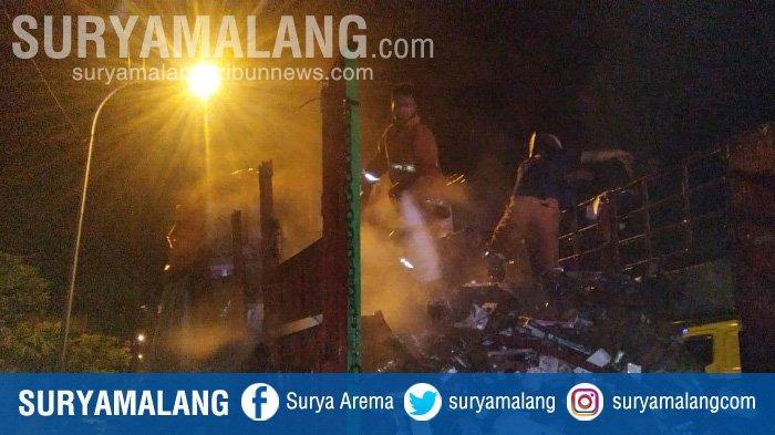 Truk Ekspedisi Tujuan Semarang dan Kalimantan Terbakar di Gresik