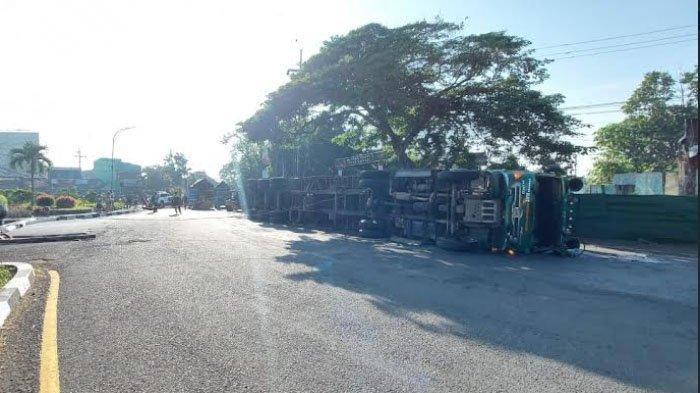 Belok Terlalu Kencang, Truk Kontainer Terguling di Jalan Panglima Sudirman, Kota Malang
