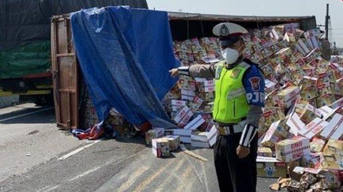 Truk Muatan Kopi Kemasan Terguling di Tol Kebomas-Romokalisari, Sopir Diduga Mengantuk