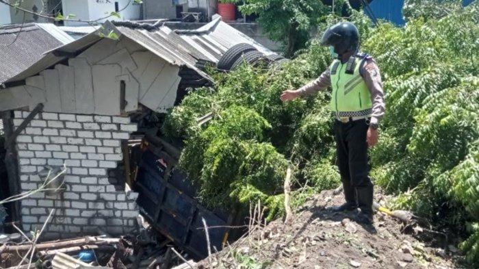 Diduga Rem Blong, Truk Muat Pasir Timpa Rumah Warga Gresik