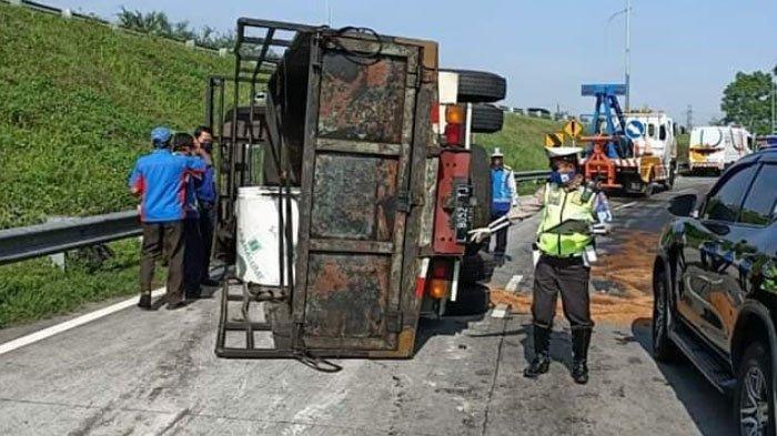 Ban Belakang Meletus, Truk Terguling di Tol Sumo