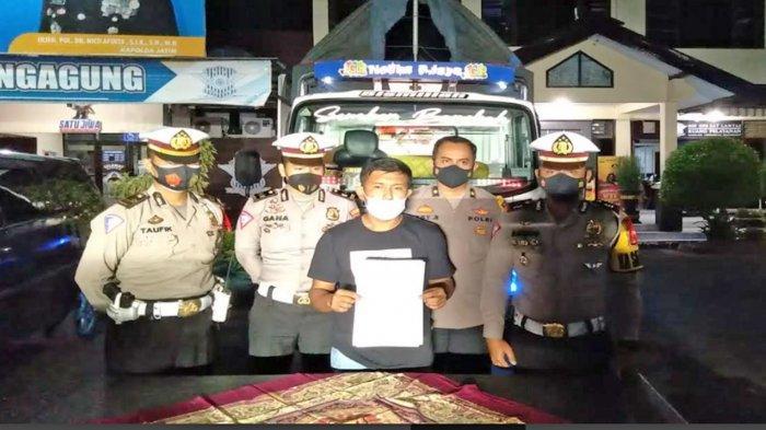 Pengemudi Truk Oleng Minta Maaf di Hadapan Polisi Polres Malang, Langsung Kena Tilang