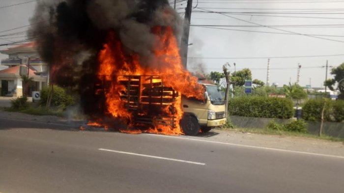 Truk Muat Styrofoam Terbakar di Depan SPBU Trosobo Taman Sidoarjo